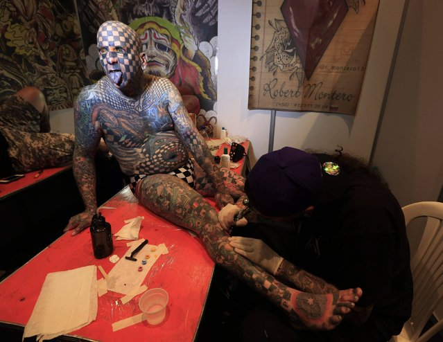 "Matt Gone, also known as ""The Checkered Man"", is tattooed during a tattoo convention in Bogota November 14, 2014. (Photo by Jose Miguel Gomez/Reuters)"