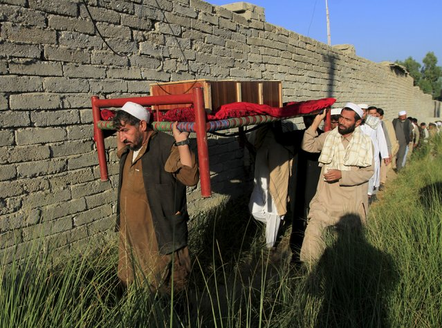 Afghan men carry a coffin of an earthquake victim for burial in Behsud district of Nangarhar province, Afghanistan October 27, 2015. (Photo by Reuters/Parwiz)