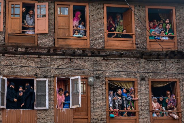 Kashmiri Muslims grieve as they watch the funeral procession of a local rebel Fayaz Ahmad Hamal, in Srinagar, Indian controlled Kashmir, Saturday, May 5, 2018. Indian troops killed three suspected rebels during a gunbattle Saturday in the main city in Indian-controlled Kashmir, officials said, while police blamed insurgents for killing three other men in the disputed region. (Photo by Dar Yasin/AP Photo)