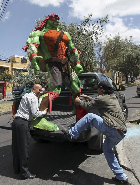 An effigy is loaded on a vehicle ahead of New Year's eve in Quito December 30, 2015. (Photo by Guillermo Granja/Reuters)