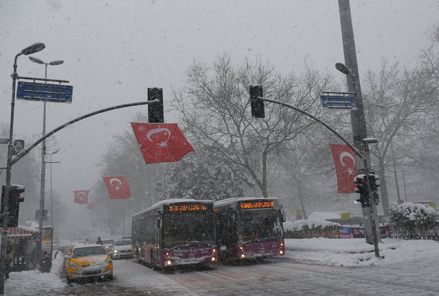 Vehicles wait for the greenlight of a traffic light during a snowfall in Istanbul, Turkey January 8, 2017. (Photo by Murad Sezer/Reuters)