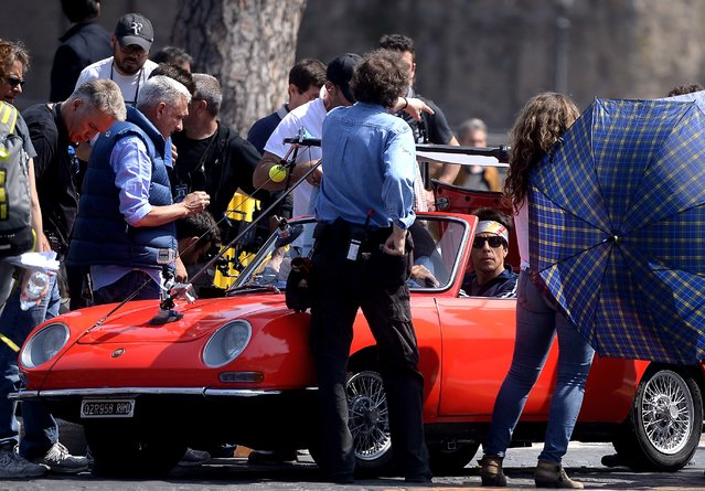 """US actor Ben Stiller (C) works on April 15, 2015 on the set of his film """"Zoolander 2"""" shot in the center of Rome. (Photo by Filippo Monteforte/AFP Photo)"""