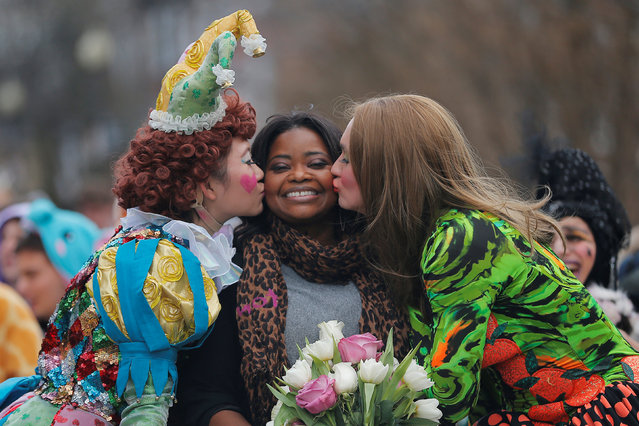 Actress Octavia Spencer gets a kiss from Hasty Pudding Theatricals President Guan-Yue Chen (L) and cast Vice President Dan Milashewski (R) during a parade to honor Spencer as Hasty Pudding Theatricals' Woman of the Year at Harvard University in Cambridge, Massachusetts, U.S. January 26, 2017. (Photo by Brian Snyder/Reuters)