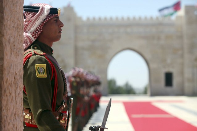 Jordanian honour guard stands for the arrival of Singapore's Prime Minister Lee Hsien Loong upon his arrival at the Royal Palace in Amman, Jordan, April 17, 2016. (Photo by Salah Malkawi/Reuters)