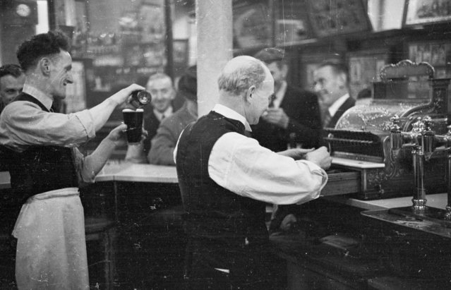 Barmen at work in a pub in the Gorbals area of Glasgow on January 31, 1948. (Photo by Bert Hardy/Picture Post/Getty Images)