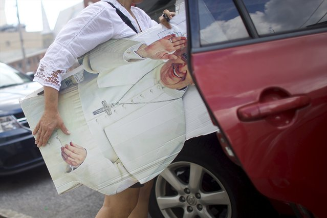 Christa Scalies, the co-creator of the Pop-Up Pope, carries a cardboard cut-out of Pope Francis into her car in Wilmington, Delaware, September 19, 2015. (Photo by Mark Makela/Reuters)