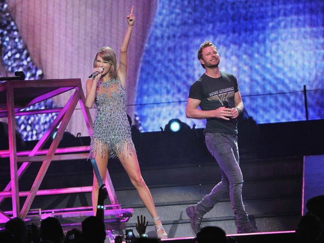 Musicians Taylor Swift and Dierks Bentley (R) perform onstage at the Sprint Center on September 21, 2015 in Kansas City, Missouri. (Photo by Fernando Leon/Getty Images for TAS)