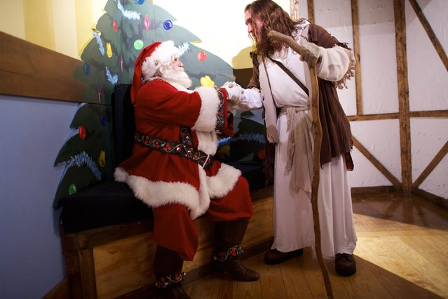 "Michael Grant, 28, ""Philly Jesus"", greets Santa Claus at Macy's department store in Philadelphia, Pennsylvania December 18, 2014. (Photo by Mark Makela/Reuters)"