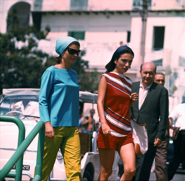 Jackie Kennedy is shown at the Pier of Amalfi, en route to Conca dei Marini beach via motorboat and then back from Amalfi to Ravello Villa, Spain on august 14, 1962. (Photo by Bettmann Archive via Getty Images)