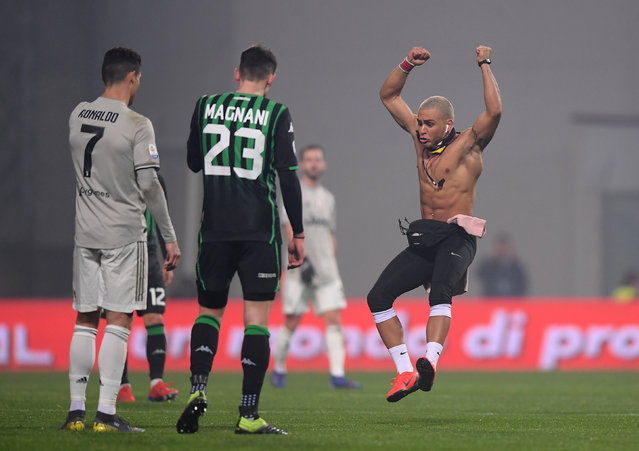 A pitch invader confronts Cristiano Ronaldo of Juventus during the Serie A match between US Sassuolo and Juventus at Mapei Stadium – Citta' del Tricolore on February 10, 2019 in Reggio nell'Emilia, Italy. (Photo by Alberto Lingria/Reuters)