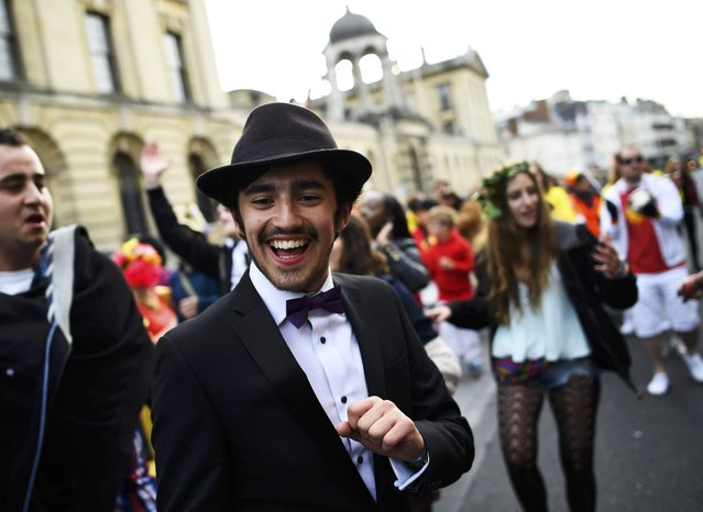 Students and revellers dance through the streets  in the early hours during traditional May Day celebrations in Oxford, Britain, May 1, 2015. (Photo by Dylan Martinez/Reuters)