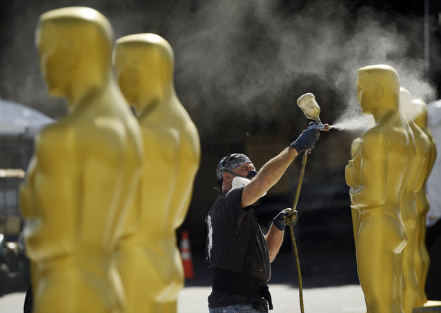 Scenic artist Rick Roberts of Local 800 paints Oscar statues for Sunday's 89th Academy Awards red carpet, near the Dolby Theatre on Wednesday, February 22, 2017, in Los Angeles. (Photo by Chris Pizzello/Invision/AP Photo)