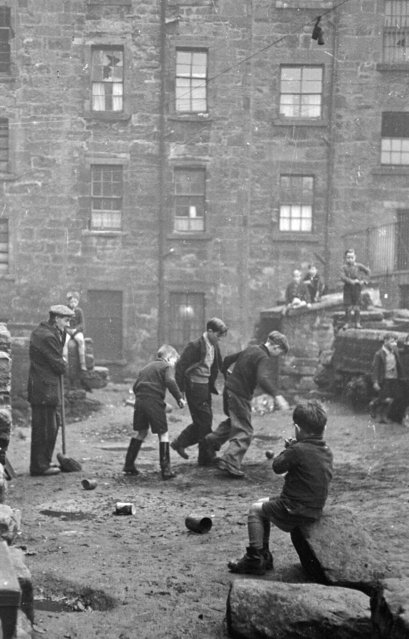 Children playing in a street in the Gorbals area of Glasgow on January 31, 1948. (Photo by Bert Hardy/Picture Post/Getty Images)