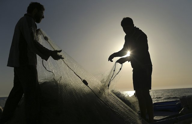 Palestinian fishermen pull their net at the beach of Gaza City April 28, 2014. (Photo by Mohammed Salem/Reuters)
