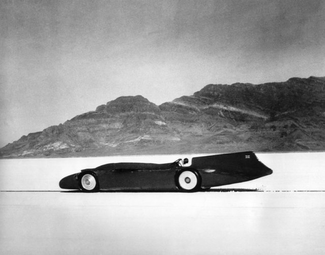 British automobile racer Sir Malcolm Campbell speeds across the salt bed in his Bluebird and sets a world record of 301.337 miles per hour on the Bonneville Salt Flats, Utah, September 3, 1935. (Photo by AP Photo)