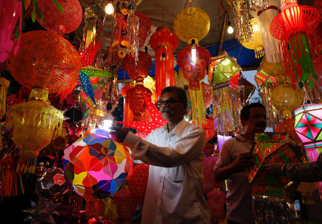 Vendors show lanterns to customers at a roadside market ahead of the Hindu festival of Diwali in Mumbai, October 17, 2017. (Photo by Danish Siddiqui/Reuters)