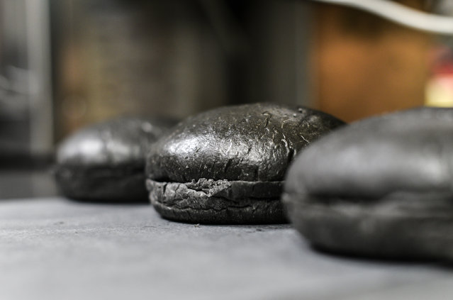 Black hamburger buns are seen at a Burger King restaurant on September 18, 2014 in Tokyo, Japan. The black burgers, one a Kuro Pearl at 480 yen ($4,41), has black buns and cheese smoked with bamboo charcoal and black sauce made of squid ink. The other, the Kuro Diamond at 690 yen ($6,35), comes also with lettuce, tomato, onion and mayonnaise. The burgers are available from September 19 through early November in Burger King restaurants throughout Japan. (Photo by Keith Tsuji/Getty Images)