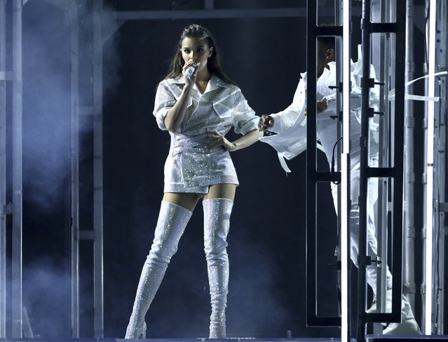 Hailee Steinfeld performs at the American Music Awards at the Microsoft Theater on Sunday, November 19, 2017, in Los Angeles. (Photo by Matt Sayles/Invision/AP Photo)