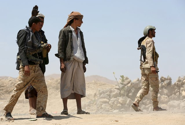 Soldiers and tribal fighters loyal to Yemen's government wallk at the frontline of fighting against Houthi militants in the central province of Marib October 8, 2015. (Photo by Reuters/Stringer)