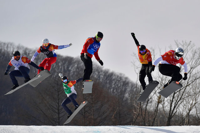 (From R) Spain's Regino Hernandez, Germany's Paul Berg, Canada's Christopher Robanske, US Hagen Kearney, US Mick Dierdorff, and France's Loan Bozzolo compete during the men's snowboard cross qualifications 3 event at the Phoenix Park during the Pyeongchang 2018 Winter Olympic Games on February 15, 2018 in Pyeongchang. (Photo by Martin Bureau/AFP Photo)