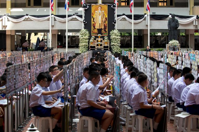Some 1,250 students from the Assumption College flip their cards to form an image of  Thailand's late King Bhumibol Adulyadej, in his honour, in Bangkok, Thailand, October 28, 2016. (Photo by Athit Perawongmetha/Reuters)