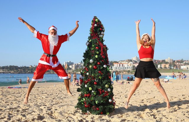 Jason Ramsay and Amy Laverty, from Arbroth, Scotland, pose beside a large Christmas tree at Bondi Beach on December 25, 2016 in Sydney, Australia. Bondi Beach is a popular tourist destination on Christmas Day. (Photo by Don Arnold/Getty Images)