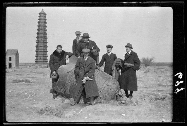 Tsinghua Crowd & Poteat family. China, Kaifeng Xian, 1917-1919. (Photo by Sidney David Gamble)