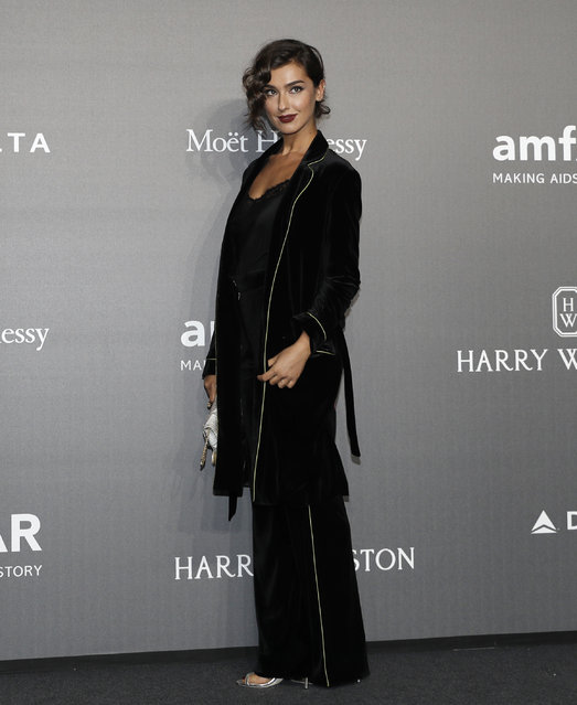 Stella Egitto poses for photographers as she arrives for the amfAR charity dinner during the fashion week in Milan, Italy, Thursday, September 21, 2017. (Photo by Antonio Calanni/AP Photo)