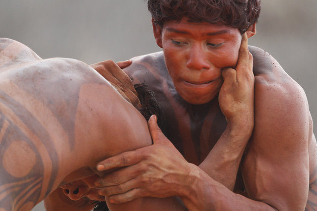 "Yawalapiti men wrestle during the preparations for the celebration of ""quarup"", a ritual held to honor in death a person of great importance to them, in the Xingu National Park, Mato Grosso State, May 8, 2012. (Photo by Ueslei Marcelino/Reuters)"