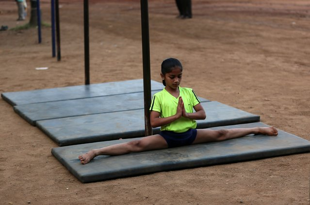 An Indian student warms up during the 44th Samartha Summer Sports Coaching Camp organized by Shree Samarth Vyayam Mandir in Mumbai, India, 25 April 2018. (Photo by Divyakant Solanki/EPA/EFE)