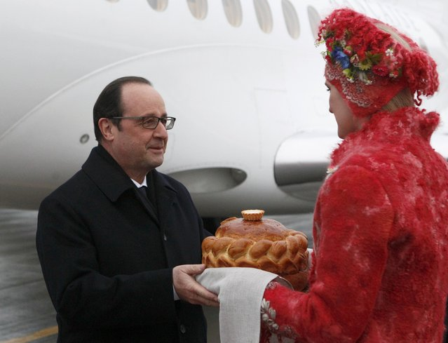 France's President Francois Hollande (L) takes part in a welcoming ceremony upon his arrival at an airport near Minsk, February 11, 2015. (Photo by Valentyn Ogirenko/Reuters)