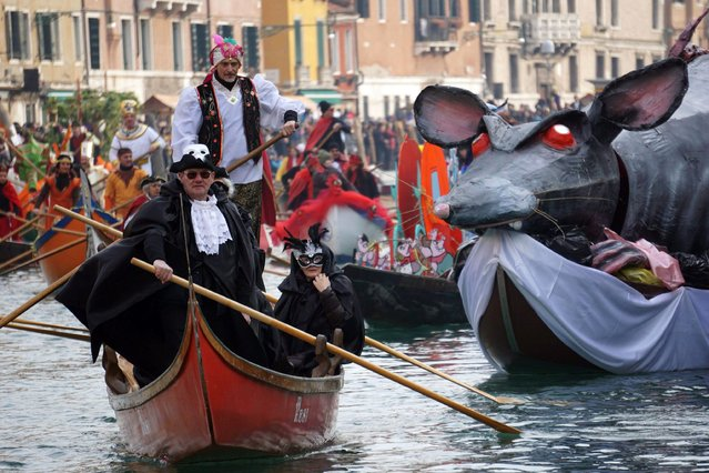 "People in costumes participate in the water parade ""Festa Veneziana"", sailing along the Canal Grande to the Cannaregio district, which officially opens the Venice Carnival in Venice, Italy, 24 January 2016. The carnival season in Venice runs from 23 January to 09 February. (Photo by Andrea Merola/EPA)"