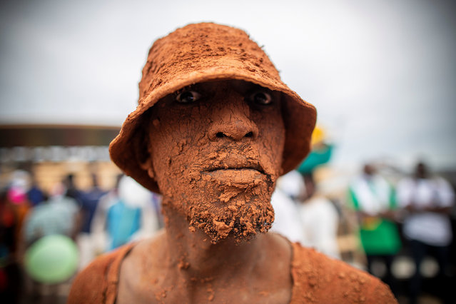 A peformance artist attends an election rally for Cameroon presidential candidate for the opposition Univers party, Cabral Libii in Yaounde, Cameroon 06 October 2018. Africa's oldest president Paul Biya who has been in power since 1982 is up against eight candidates when voters go to the polls 07 October 2018. 6.9 million registered voters will head to the polls but marginalised anglophone separatists in the North West and South West of the country threaten to disrupt the elections. (Photo by Nic Bothma/EPA/EFE)