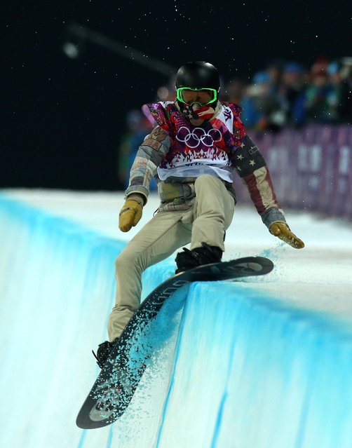 USA's Shaun White falls during his first run in the mens final of the Snowboard  Mens Halfpipe  during the 2014 Sochi Olympic Games in Krasnaya Polyana, Russia, on February 11, 2014. (Photo by Andrew Milligan/PA Wire)