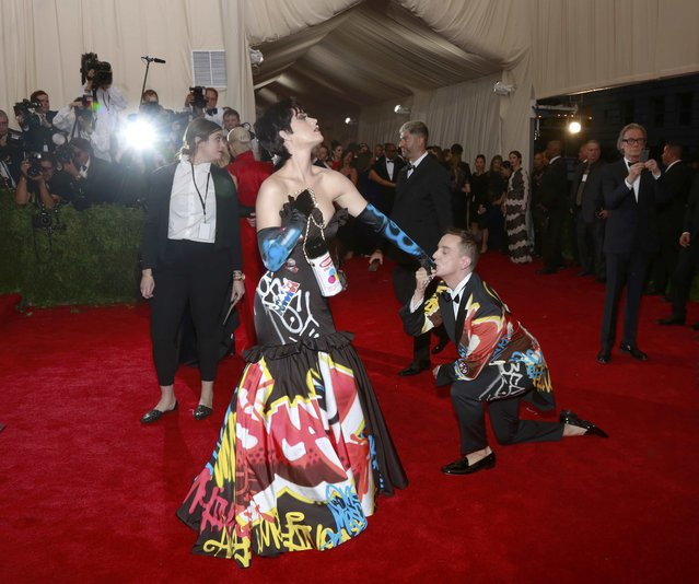"U.S. singer Katy Perry and designer Jeremy Scott (R) arrive for the Metropolitan Museum of Art Costume Institute Gala 2015 celebrating the opening of ""China: Through the Looking Glass"" in Manhattan, New York May 4, 2015. (Photo by Andrew Kelly/Reuters)"