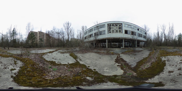 Former elementary school number three stands near apartment blocks on April 9, 2016 in Pripyat, Ukraine. (Photo by Sean Gallup/Getty Images)