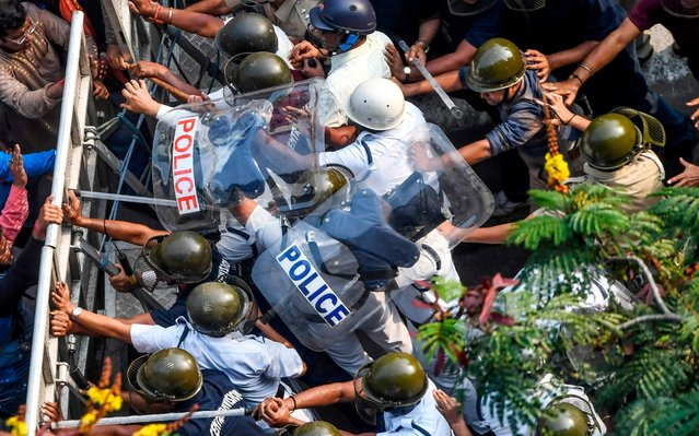 Police officers (R) push Bharatiya Janata Part (BJP) activists as they try to break the barricade during a protest rally against the Trinamool Congress (TMC) led-state government in Kolkata on November 13, 2019. (Photo by Dibyangshu Sarkar/AFP Photo)