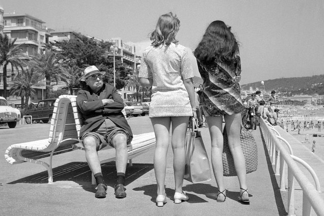 A retired man (L) looks toward two girls wearing miniskirts, July 13, 1969 in Nice, France. (Photo by AFP Photo)