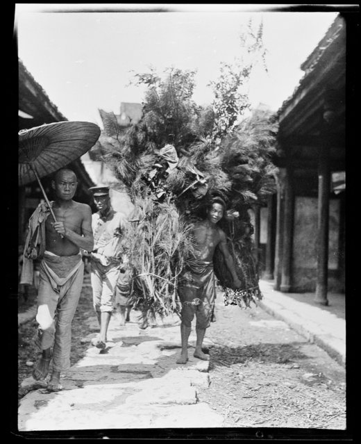 Brush Carrier (Bad). China, An Xian, 1917-1919. (Photo by Sidney David Gamble)