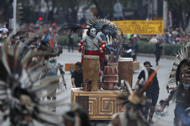 Performers participate in the Day of the Dead parade on Mexico City's main Reforma Avenue, Saturday, October 28, 2017. (Photo by Eduardo Verdugo/AP Photo)