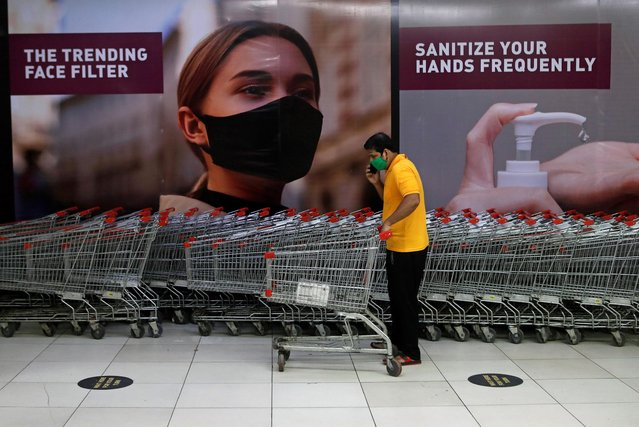 A man wearing a protective mask pushes a shopping trolley inside a mall after it reopened following the coronavirus disease (COVID-19) outbreak, in Mumbai, August, 5, 2020. (Photo by Francis Mascarenhas/Reuters)