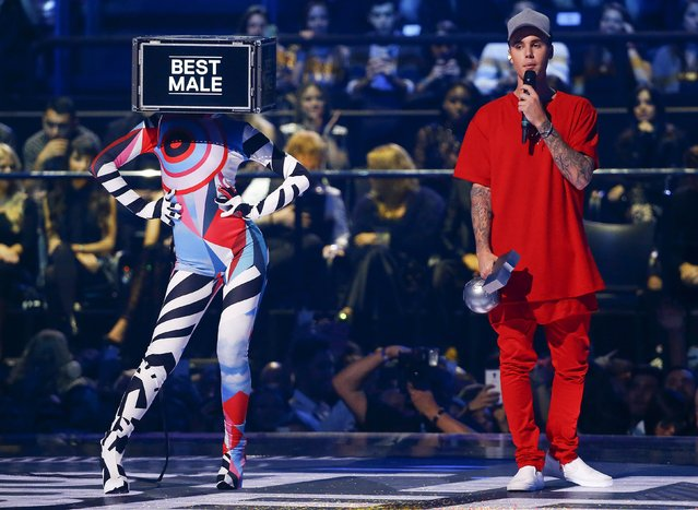 "Canadian singer Justin Bieber holds the ""Best Male"" award during the MTV EMA awards at the Assago forum in Milan, Italy, October 25, 2015. (Photo by Stefano Rellandini/Reuters)"