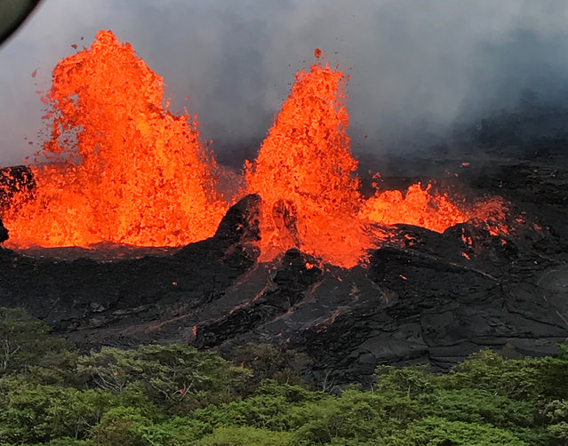 A lava fountain is observed from a helicopter flight over the Fissure 22 in Kilauea Volcano's Lower East Rift Zone during ongoing eruptions of the Kilauea Volcano, May 21, 2018. (Photo by USGS via Reuyers)