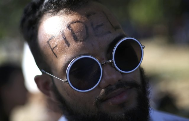 A man wears face paint as he waits to pay tribute to Cuba's late President Fidel Castro in Havana, Cuba, November 28, 2016. (Photo by Edgard Garrido/Reuters)