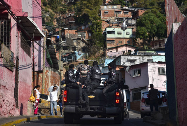 Members of Venezuela's Special Action Forces (FAES) carry out a security operation in the 70's neighbourhood, municipality of El Valle, in Caracas, on April 1, 2019. Venezuela's President Nicolas Maduro announced 30 days of electricity rationing Sunday, after his government said it was shortening the working day and keeping schools closed due to blackouts. (Photo by Yuri Cortez/AFP Photo)