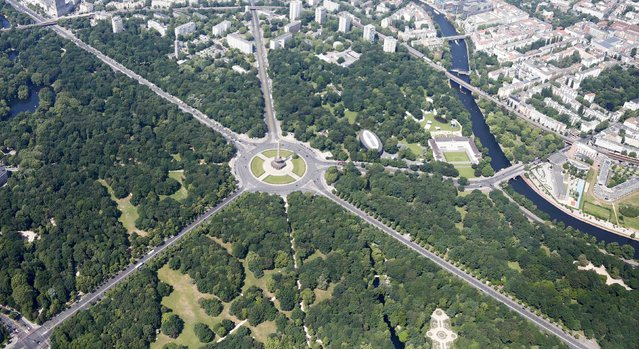 The Tiergarten park and the Victory Column (Siegessaeule) are pictured in Berlin, Germany, May 29, 2016. (Photo by Hannibal Hanschke/Reuters)