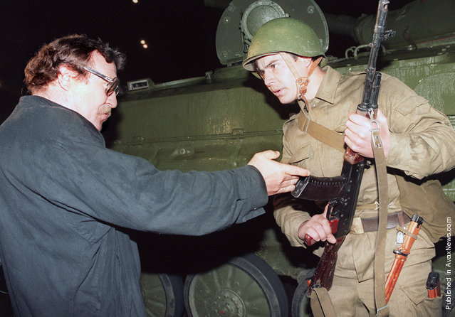 A pro-democracy demonstrator argues with a Soviet soldier late on August 20, 1991, as a tank blocked access to the center of Moscow