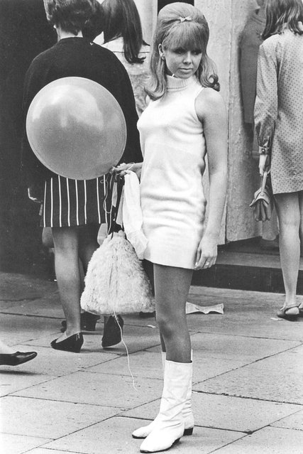 "A young woman wearing a mini dress in ""swinging"" London, 60s. (Photo By Tim Graham/Getty Images)"