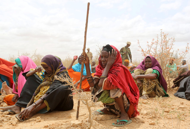 Internally displaced people who fled flooding of the overflowed Shabelle river wait to receive relief assistance near Baledweyne town central Somalia, June 22, 2016. (Photo by Feisal Omar/Reuters)