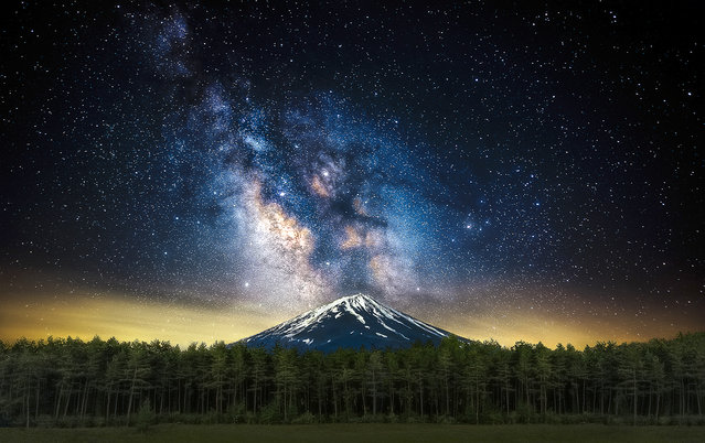 The beautiful image captured by Steve Lance Lee of the Milky Way seemingly errupting from Mt. Fuji in Japan. (Photo by Steve Lance Lee/Caters News)